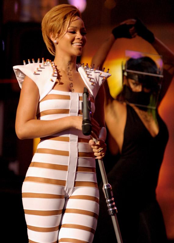 Rihanna-Ama-2009-Outfit-03 - Nitroliciouscom-7130
