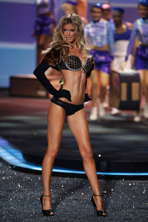 Victoria's Secret Fashion Show 2009 marissa miller vs fashion show