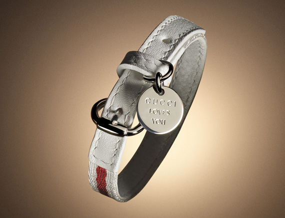 """Бело-красный браслет украшает медальон с надписью  """"Gucci Loves...  Ювелирный рынок."""